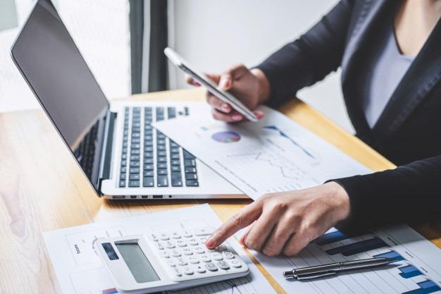 Illustration d'une personne effectuant un calcul avant le dépôt de sa facture